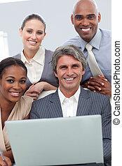 glad, affär, grupp, visande, etnisk mångfald, arbeta vid, a, laptop