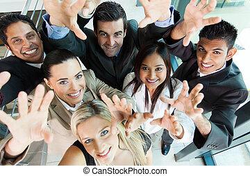 glad, affärsverksamhet folk grupp, räckvidd ut