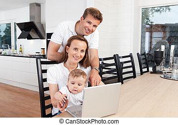 glad familie, hos, laptop