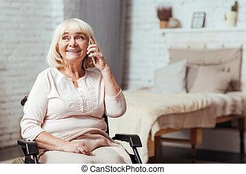 glad, handikappad, senior woman, talkign, på, smart, ringa