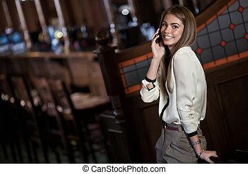 glad, kvinna, hinder, talande, ung, mobiltelefon, inre