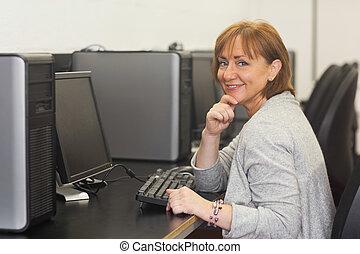glad, kvinnlig, moget studerande, sittande, in, dator kategori