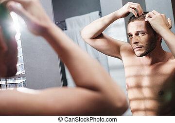glad man, bekymrat, för, hår avsaknad, alopeci, in, hem, badrum