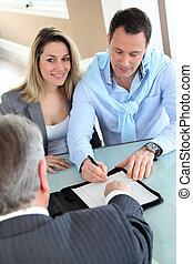 glad par, underskrive, køb, kontrakt, hos, real-estate-agent