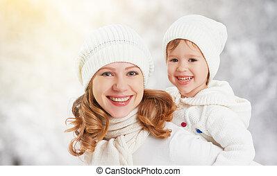 glad släkt, fostra och barnet, baby dotter, på, a, vinter, gå