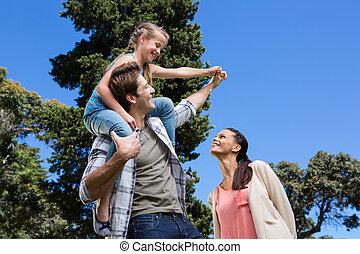 glad släkt, i parken, tillsammans