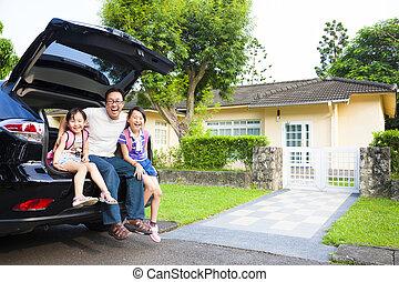 glad släkt, sittande, i bilen, och, deras, hus, bak
