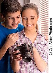 glad, teenagers, två, se, kamera, photographers., tonåring, ...