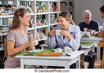 glada kvinnor, havande kaffe, hos, supermarket