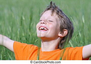 glada leende, barn, beväpnar outstretched, ögon slöt, avnjut, den, sommar, sol