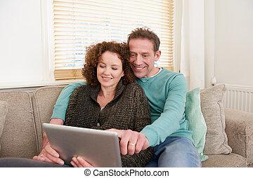 glada leende, par, användande dator, kompress, hemma