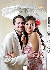 glada leende, ungt par, under, paraply