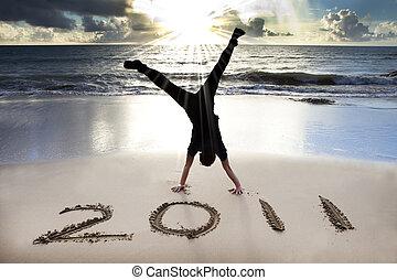 glada nya år, 2011, stranden, av, soluppgång, ., ung man, handstående, och, fira, .