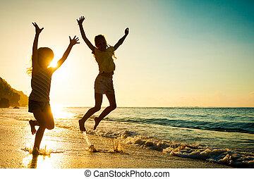 glade, børn, spille, på, strand, hos, den, solopgang, tid