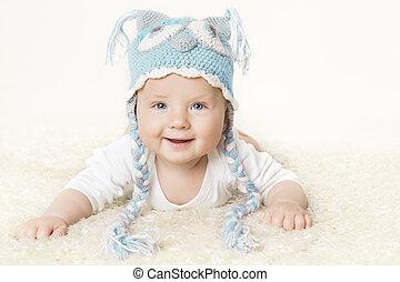 glade, baby, ind, blå, strikk, hat, barnet, dreng, rejsning, anføreren, smil, infant, barn, portræt, seks, måneder, gamle