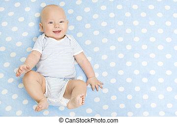glade, baby, liggende, på, blå, gulvtæppe, baggrund, top udsigt, smil, infant, barnet, dreng, påklædt, ind, bodysuit, på, prikket, tæppe, seks, måneder, gamle, barn