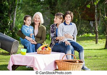 glade, dreng sidde, hos, familie, hos, campsite