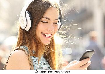 glade, pige, lytte, musik, hos, hovedtelefoner