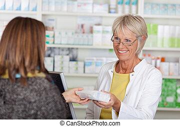 glade, senior, kvindelig, apoteker, give, obligatorisk, medicin, til, kunde, ind, apotek