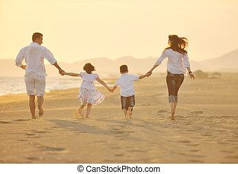 glade, ung familie, hav morskab, på, strand, hos, solnedgang