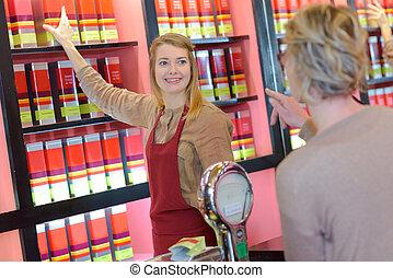 glade, unge, kvindelig, sælger, ind, farmaceutisk, butik