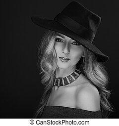 glamour, excitado, maquilagem, loura, cabelo longo, mulher, posar, em, moda, chapéu, e, colar ouro, ligado, escuro, experiência., preto branco, portrait., arte