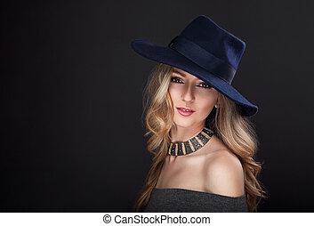 glamour, excitado, maquilagem, loura, cabelo longo, mulher, posar, em, moda, chapéu, e, colar ouro, ligado, experiência escura