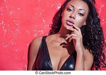 glamour, mode, model., vacker, ung, afro-amerikansk kvinna, med, smink, och, frisyr, framställ, mot, röd fond