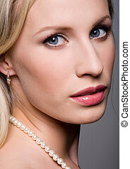 Glance - Photo of pretty woman wearing pearl necklace ...