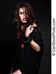 glans, portræt, i, smukke, sexet, stilfuld, kaukasisk, unge, brunette, kvinde, model, ind, sort, klæde, hos, klar, makeup, hos, tilbehør, hos, perfekt, rense, hud, hos, curly, sunde, hår, hos, rød læbe
