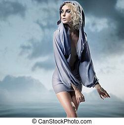 glanz, frau, posierend, aus, blauer hintergrund
