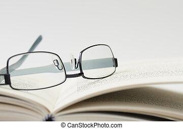 glasögon, på, en öppen bok, med, ytlig, skärpedjup