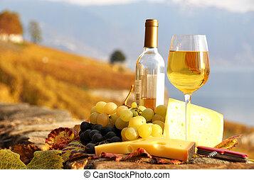 glas hvid vin, og, chesse, på, den, terasse, vingård, ind,...