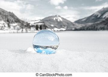 Glas Kugel im Schnee
