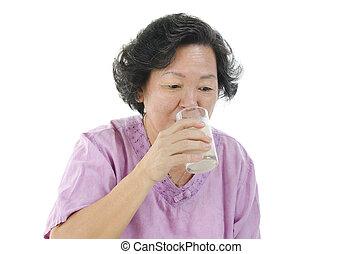 glas, oude vrouw, het drinken melk