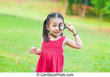 glas, weinig; niet zo(veel), aziatisch meisje, vergrootglas