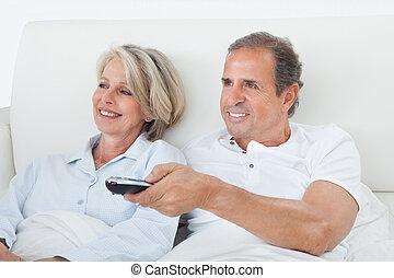 glatt par, åskådande television