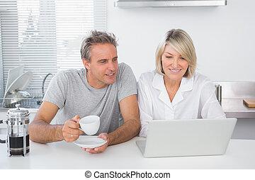 glatt par, användande laptop, in, den, morgon