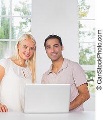 glatt par, användande laptop