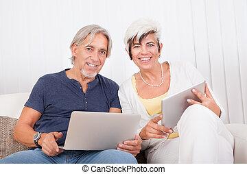 glatt par, hemma, användande laptop