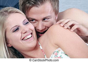 glatt par, in blomsterbädd