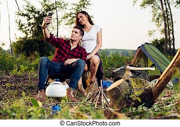 glatt par, på, camping, havande kul, tillsammans