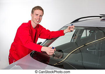 Glazier removing windshield