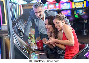 gleuf, mensen, casino, jonge, spelend, machines