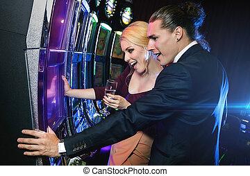 gleuf, paar, casino, jonge, spelend, machines