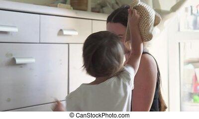 glimlachen, zet, terwijl, moeder, baby, thuis, meisje, hoedje, spelend