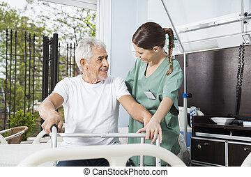 glimlachende mens, wezen, geassisteerd, door, vrouwlijk, verpleegkundige, in, gebruik, walker