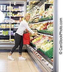 glimlachende vrouw, aankoop, kool, in, supermarkt