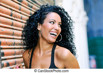 glimlachende vrouw, black , jonge, bretels