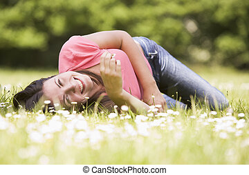 glimlachende vrouw, bloem, het liggen, buitenshuis